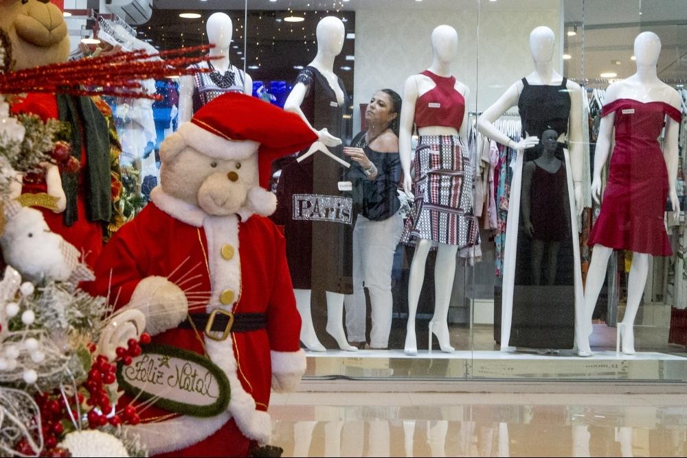Maria Luiza, que antecipou a decoração da boutique, espera crescimento nas vendas neste fim de ano - Flávio Tin/ND