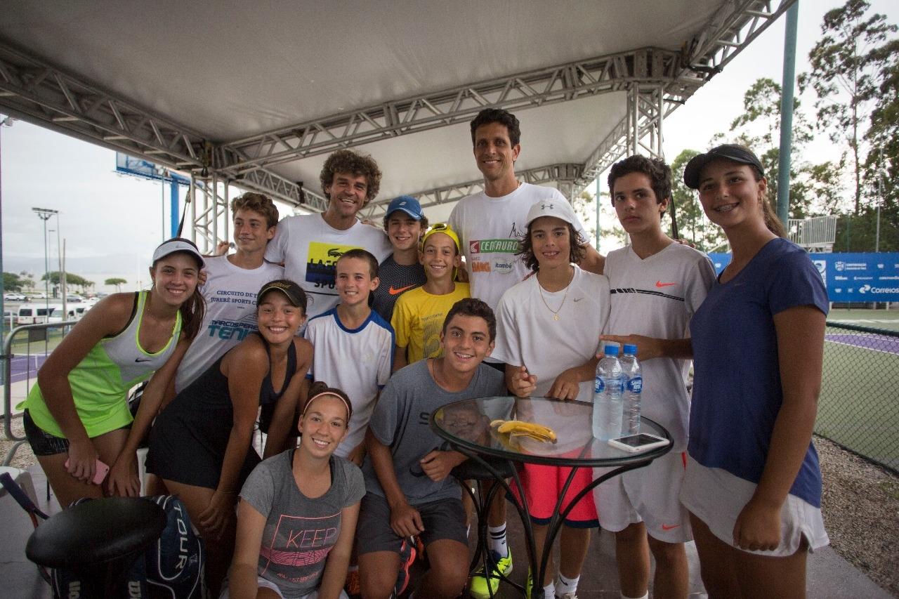 Marcelo Melo e Gustavo Kuerten entre atletas de todas as idades - André Gemmer/Green Team