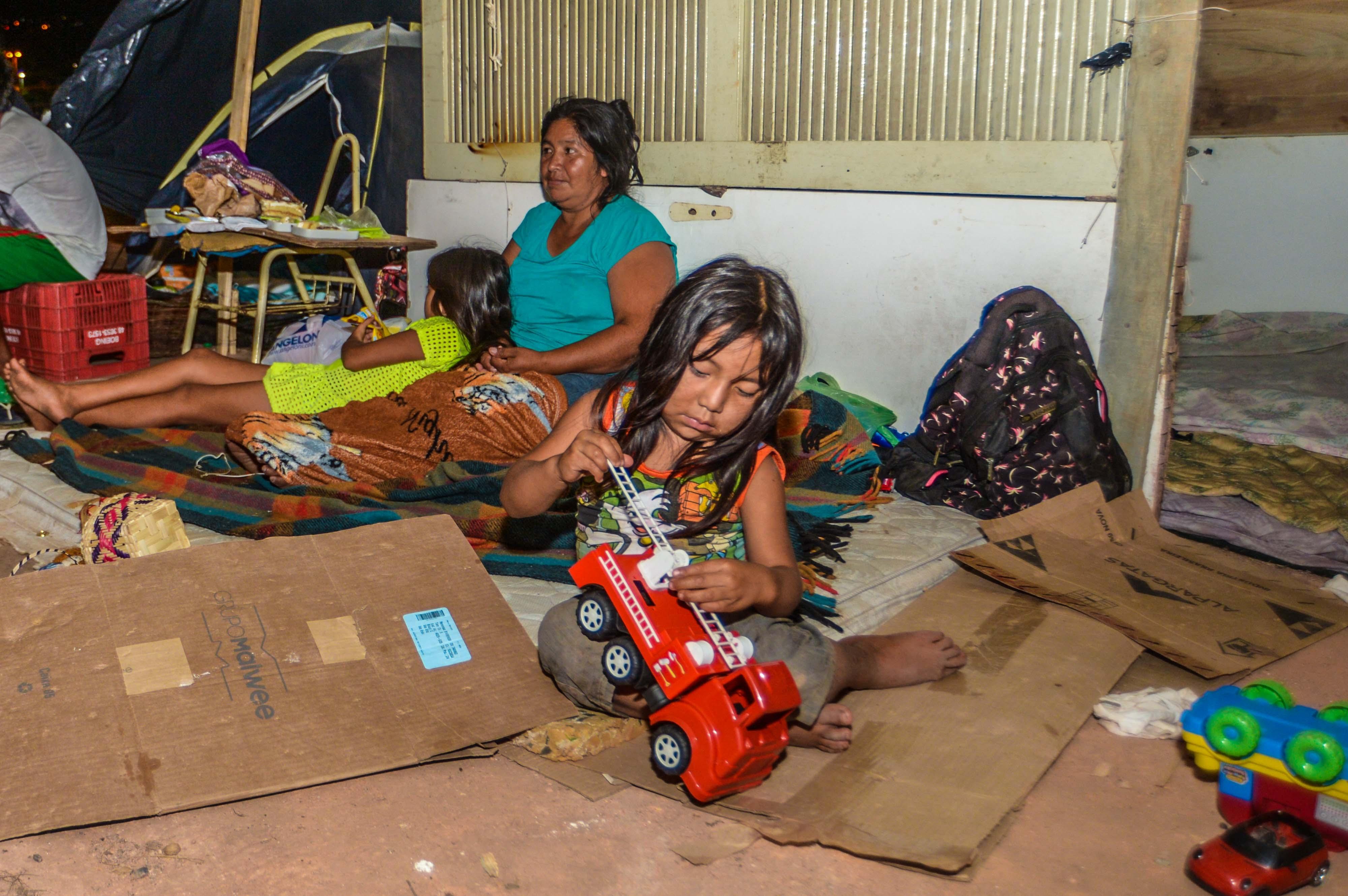 Desde o início de novembro mulheres e crianças vivem sem saneamento, segurança e assistência  - Eduardo valente/ND