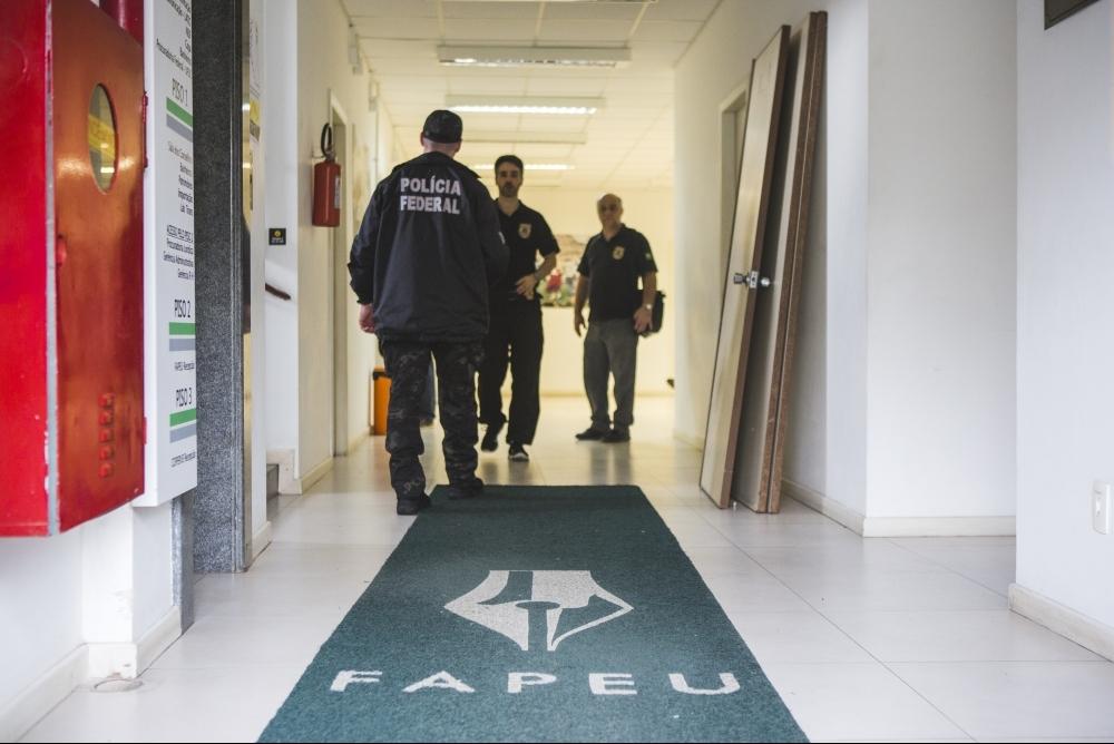 Agentes da PF apreenderam documentos na UFSC - Daniel Queiroz/ ND