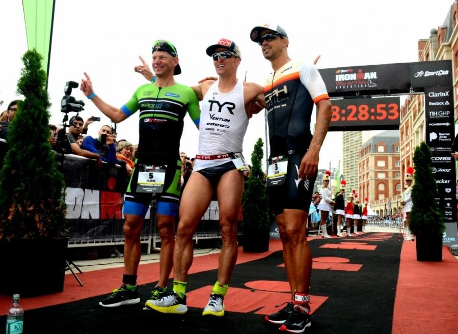 Igor Amorelli (à direita) foi terceiro no Ironman de Mar del Plata - Ironman Event Live/ ND