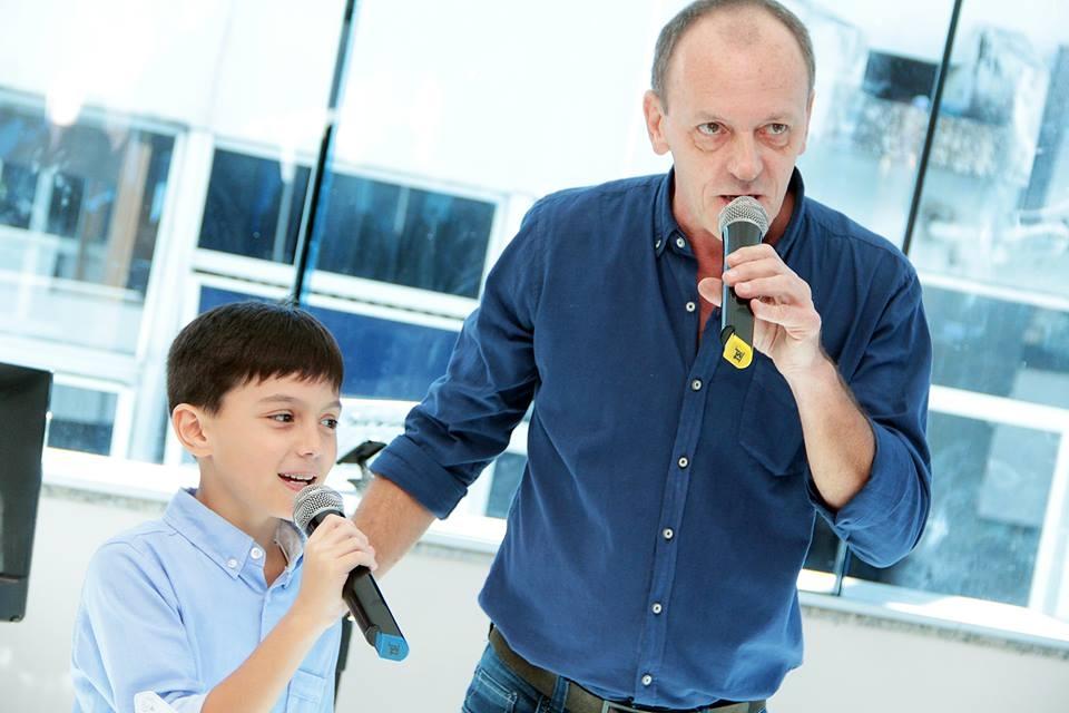 Cantando com o filho Theo, em agosto de 2017 - Reprodução/Facebook/ND