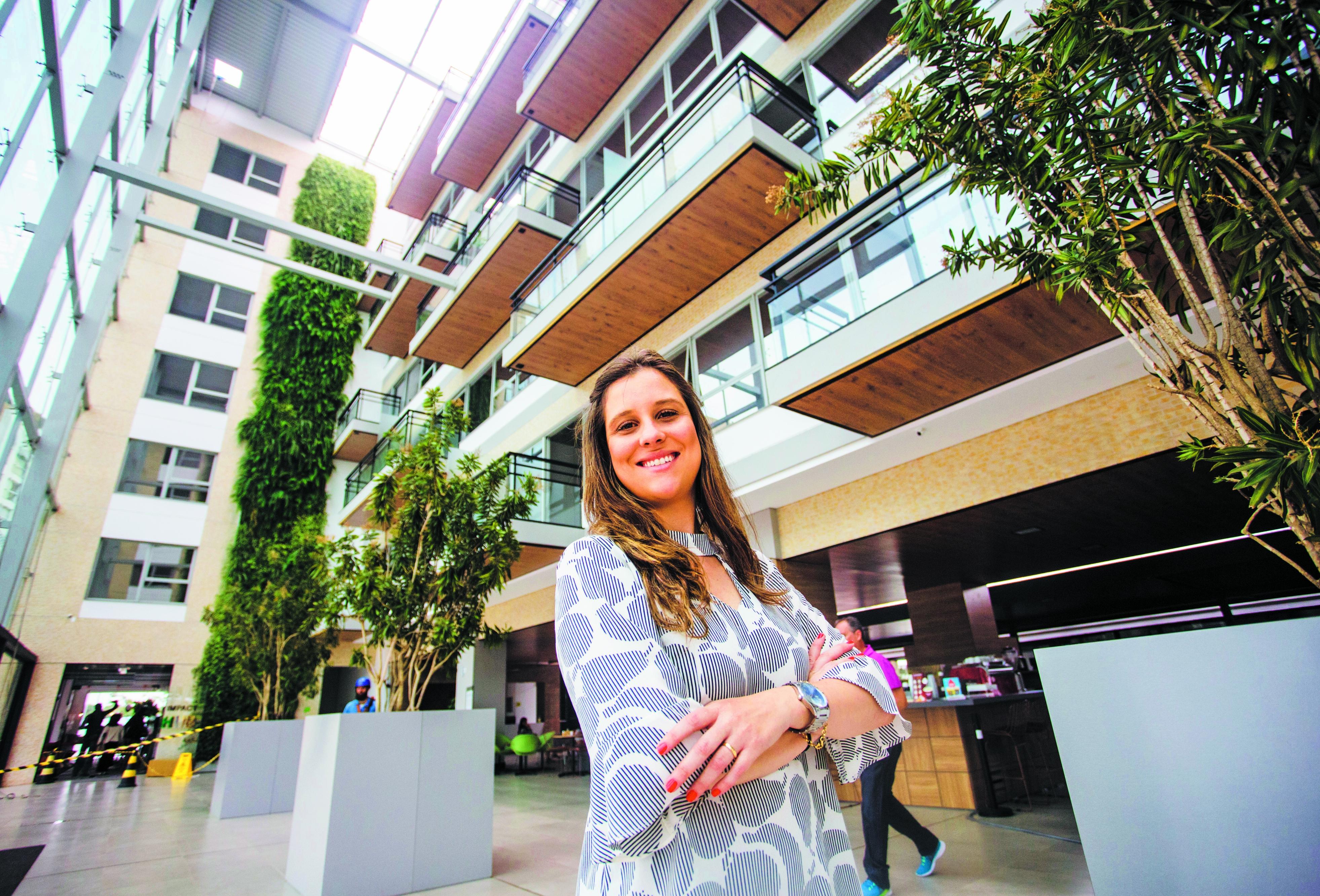 A engenheira Patrícia Philippi explica que a construção favorece a criatividade e o encontro entre colaboradores - Daniel Queiroz/ND