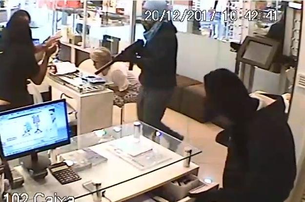 Assalto a joalheria de shopping ocorreu na noite desta quarta-feira (20) - Reprodução/ RIC TV