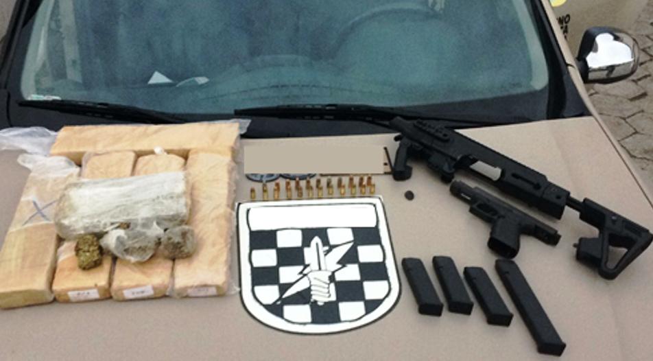 Drogas e armas foram localizadas pela polícia - PMSC/ Divulgação