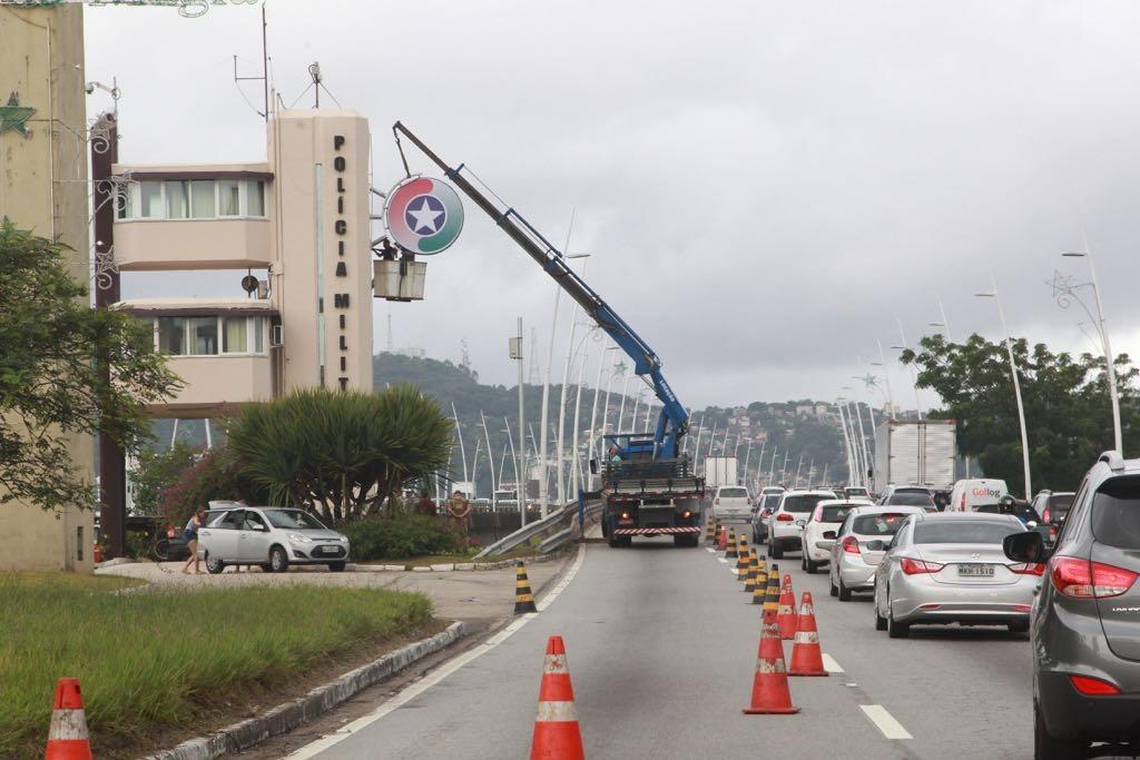 Obra na entrada da ponte também dificultou o trânsito na entrada da ilha na tarde desta quinta - Marco Santiago/ND