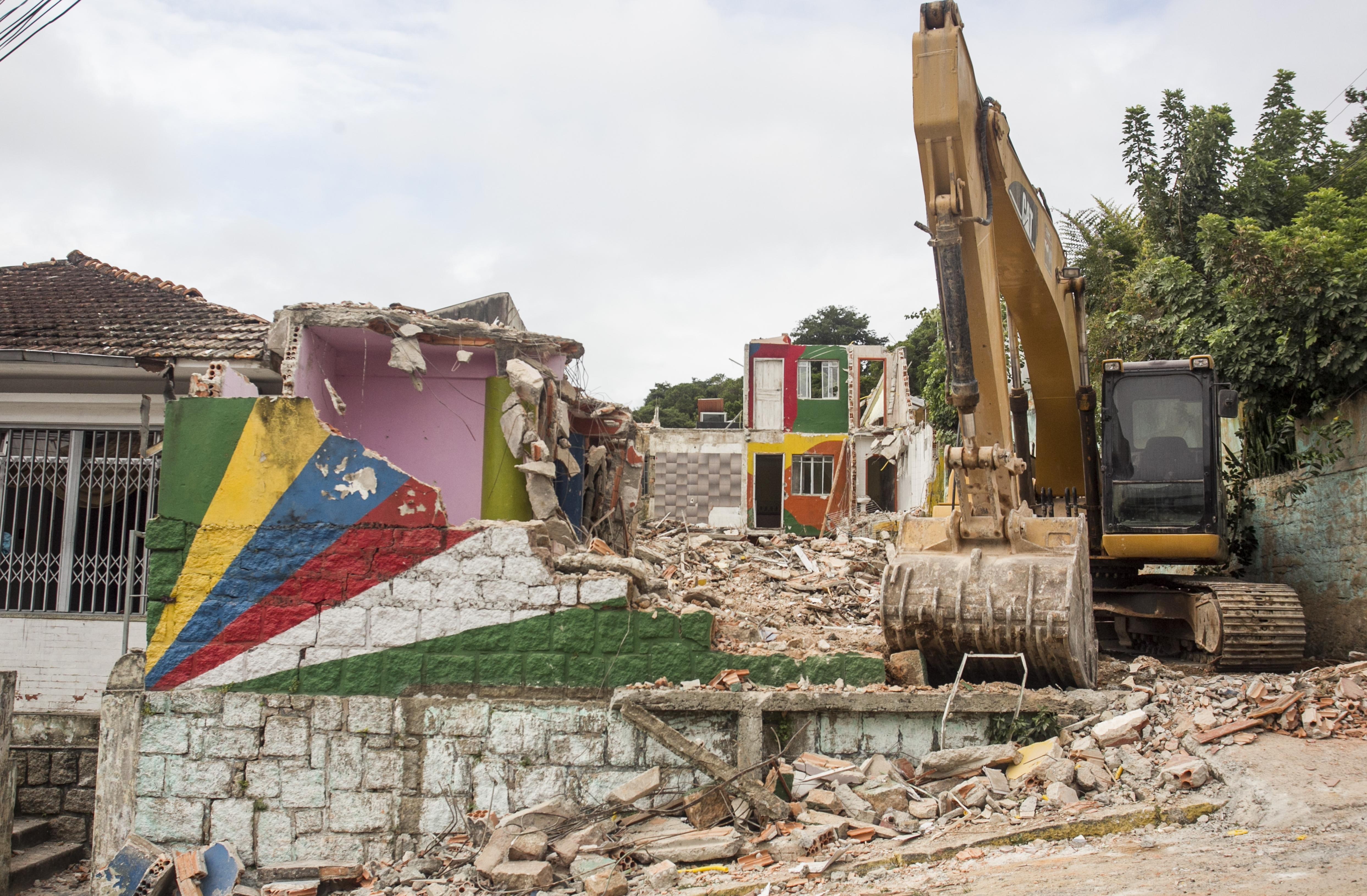 Máquina fez a derrubada do imóvel e terreno deve virar uma praça - Marco Santiago/ ND
