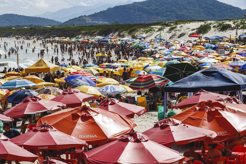 Praia da Daniela estava lotada neste domingo (14) - Daniel Queiroz/ ND