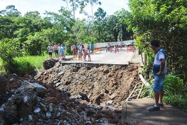 Ponte no bairro Vargem Grande despencou com a chuva - Daniel Queiroz/ND