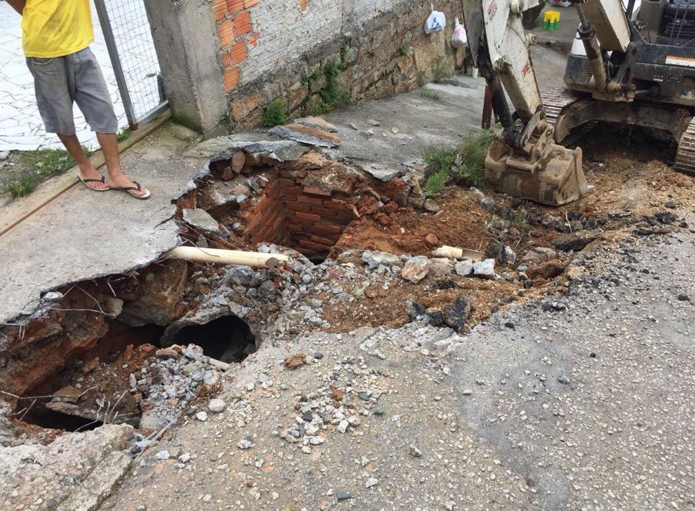 Trabalhos nas vias que ficaram destruídas com a enxurrada - PMF/ Divulgação
