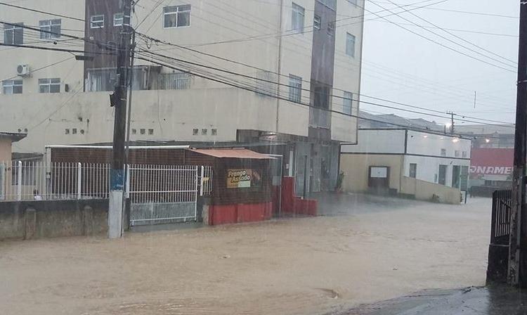 Ruas como do bairro Passa Vinte ficaram alagadas - Divulgação/Whatsapp/ND