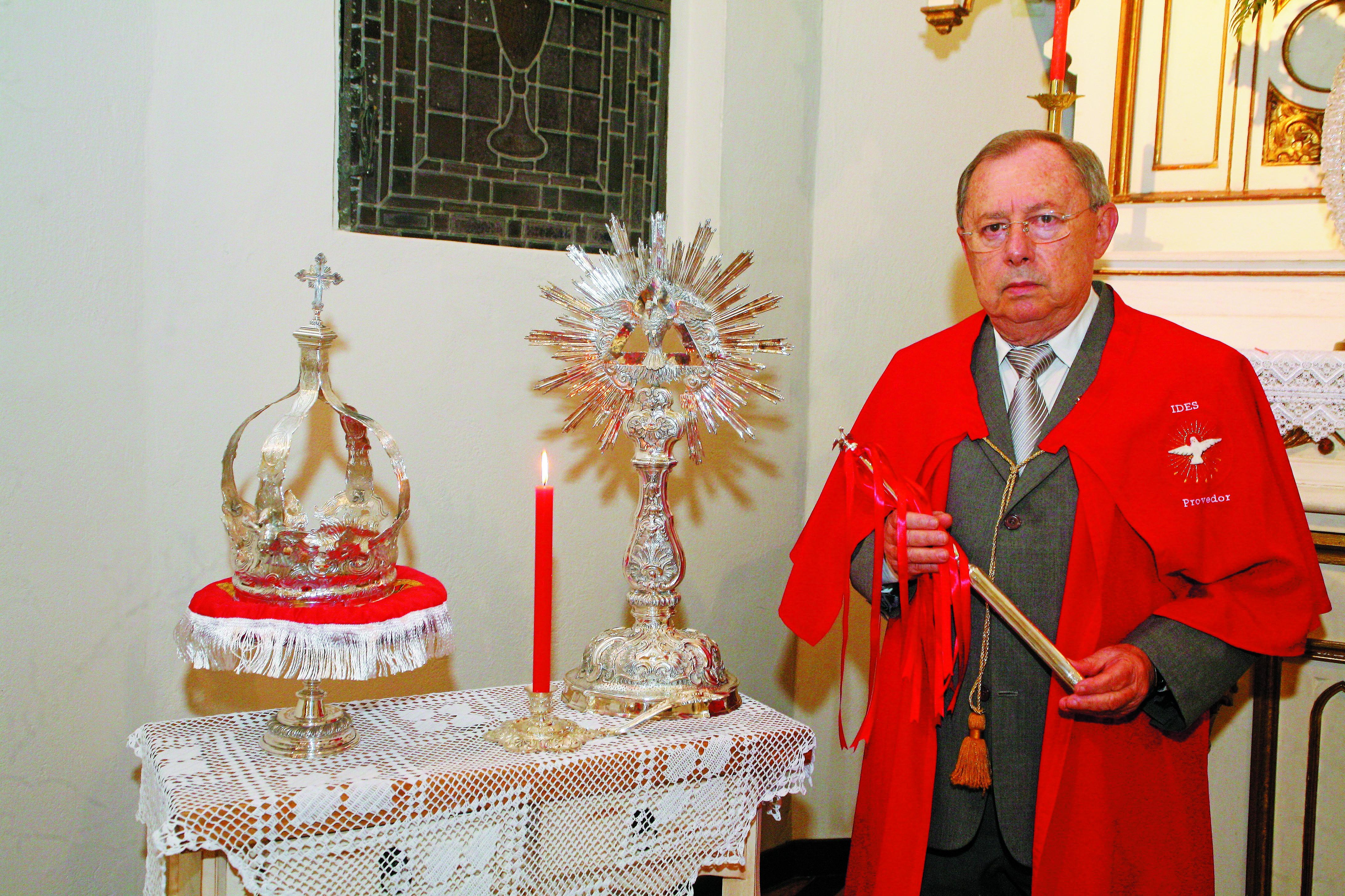 Ademar Cirimbelli, provedor da Irmandade do Divino Espírito Santos, com a coroa e o cetro de 1774  - Divulgação/ND