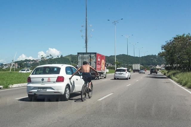 Ciclista imprudente pega