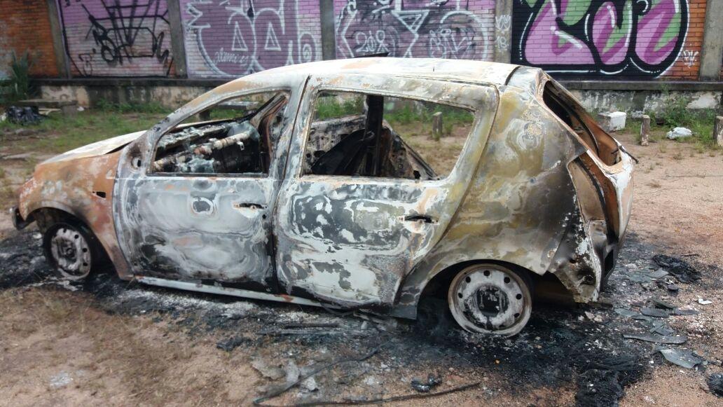A polícia encontrou o veículo incendiado no terreno da escola - Fabiane Paza/ RIC TV