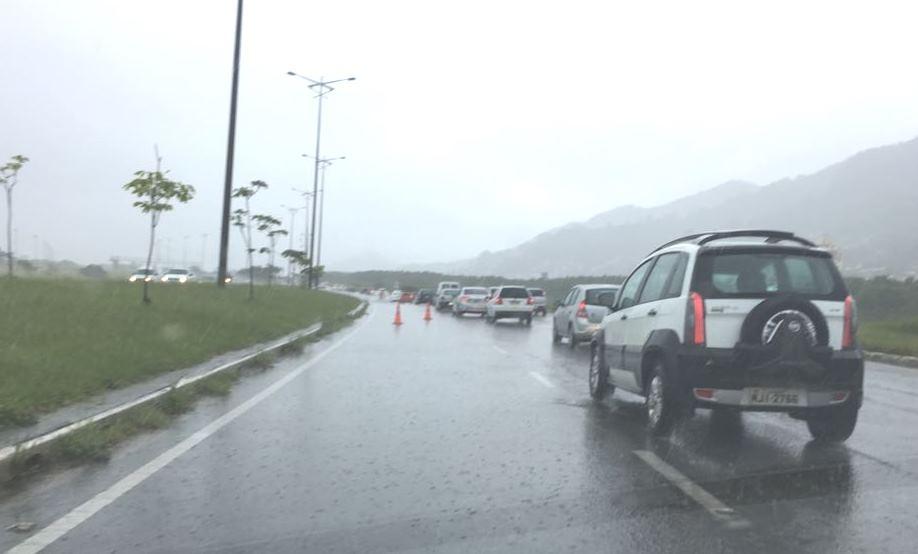 Na Via Expressa Sul os trechos com mais acumulado de água na pista foram sinalizados com cones - Marco Santiago/ND