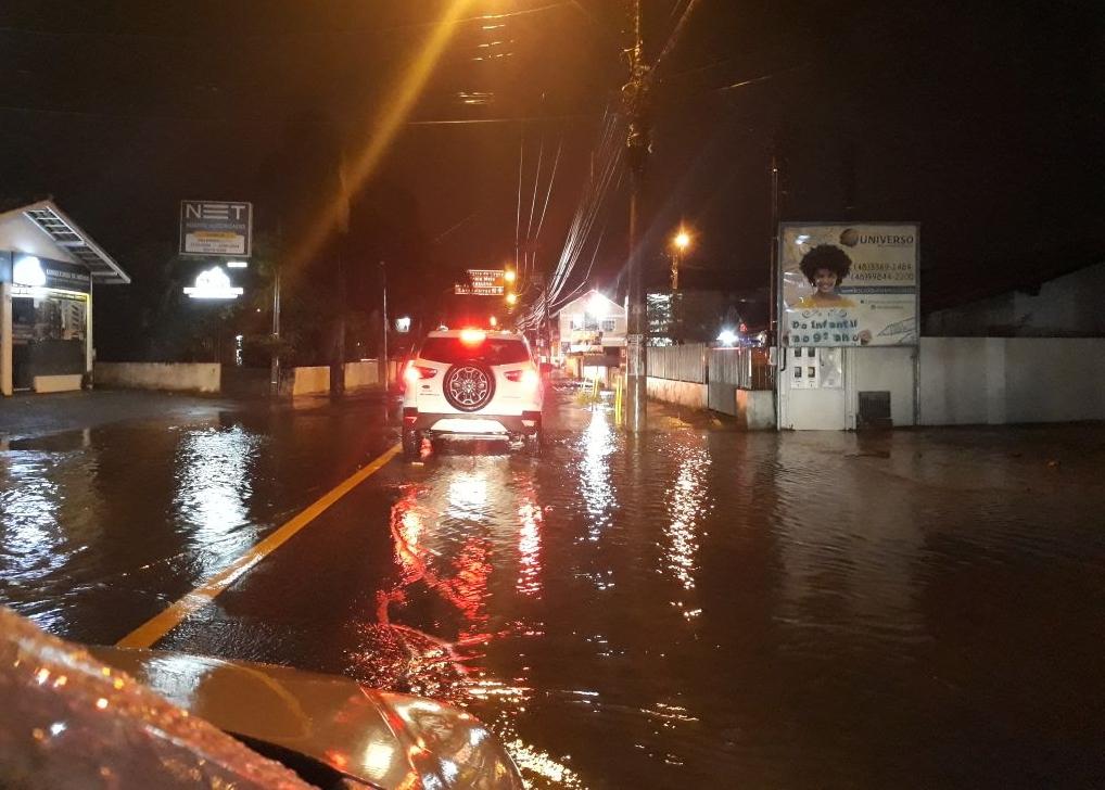 Chuva alaga ruas do bairro Ingleses em Florianópolis - Sérgio Kaiser