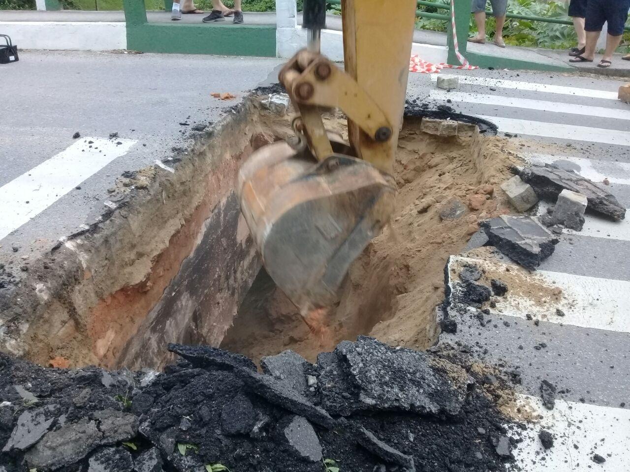 A própria prefeitura abriu um buraco para evitar o trânsito pelo local - Luiz Gonzaga dos Santos/Divulgação