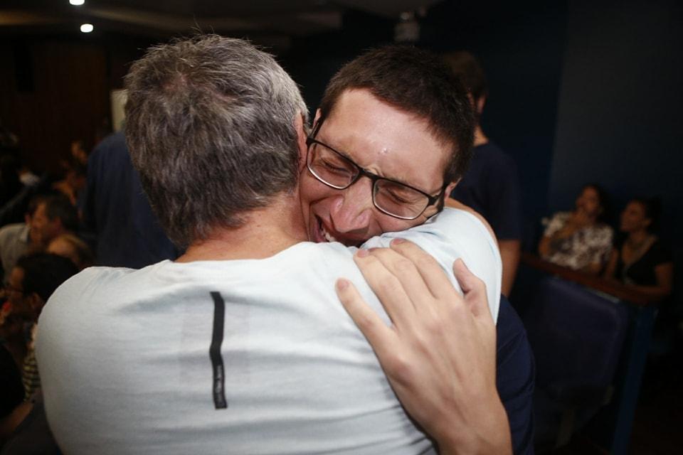 Matheus Cercal Lazzaris foi o primeiro colocado na classificação geral e recebeu a notícia emocionado ao lado do pai - Daniel Queiroz/ND