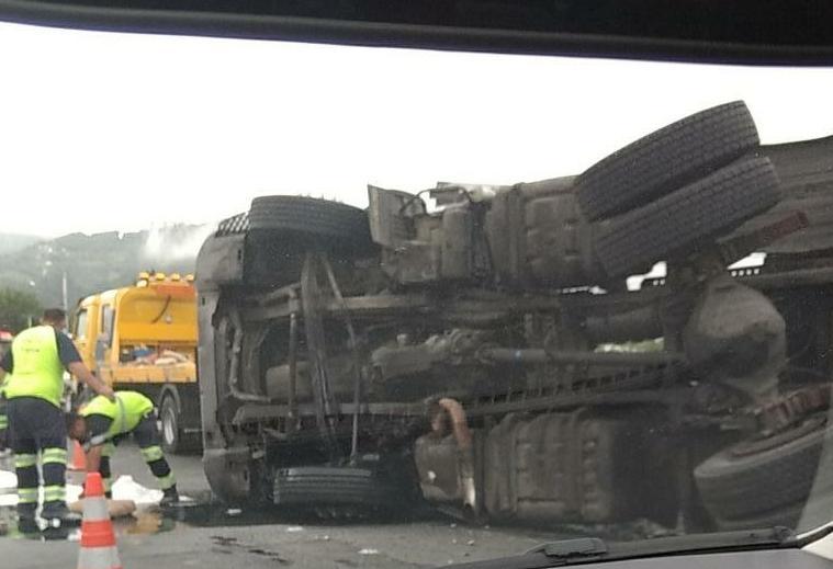 Caminhão tombou na BR-101 na manhã desta terça-feira - Pista Limpa/Divulgação/ND