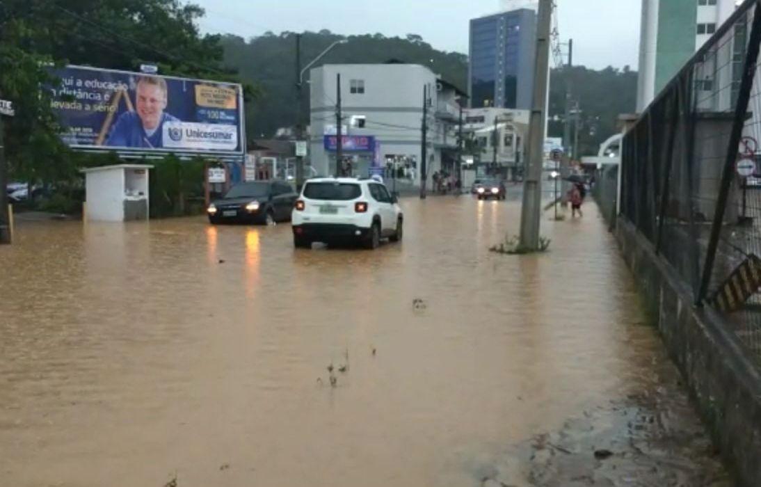 Chuva alagou ruas e avenidas de Blumenau - Mauricio Cattani/ RICTV Blumanau