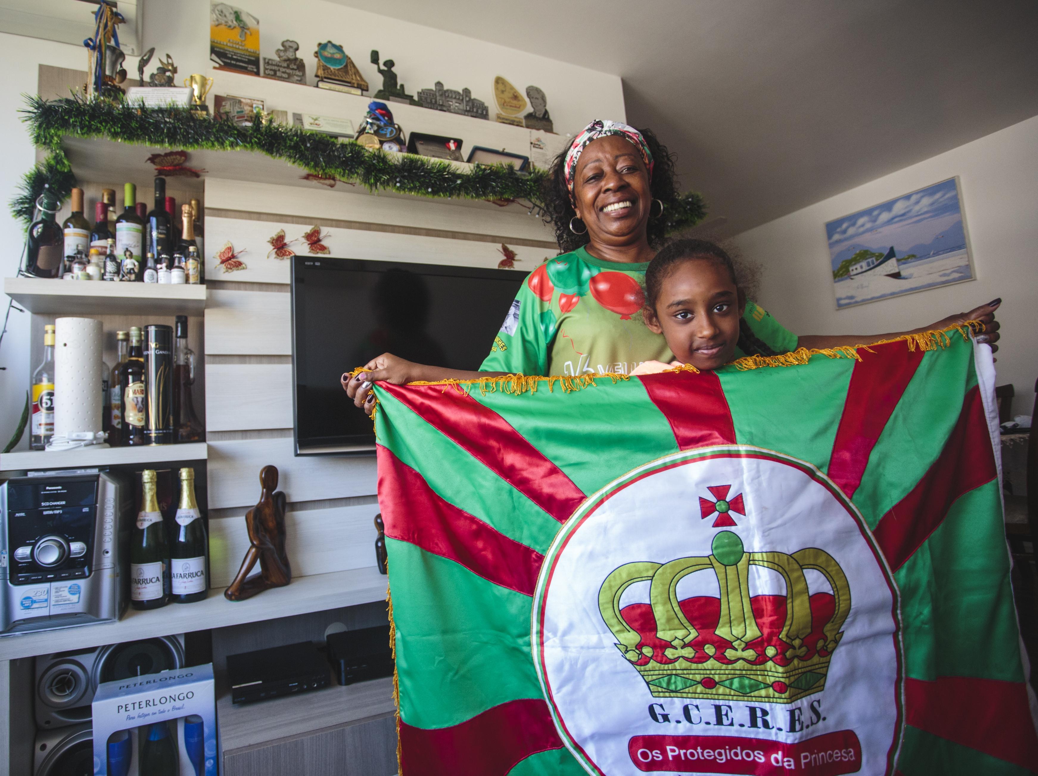 Dona Lica com a neta Lorena Ribeiro Neto, que acompanha a avó nos ensaios da Protegidos - Daniel Queiroz/ND
