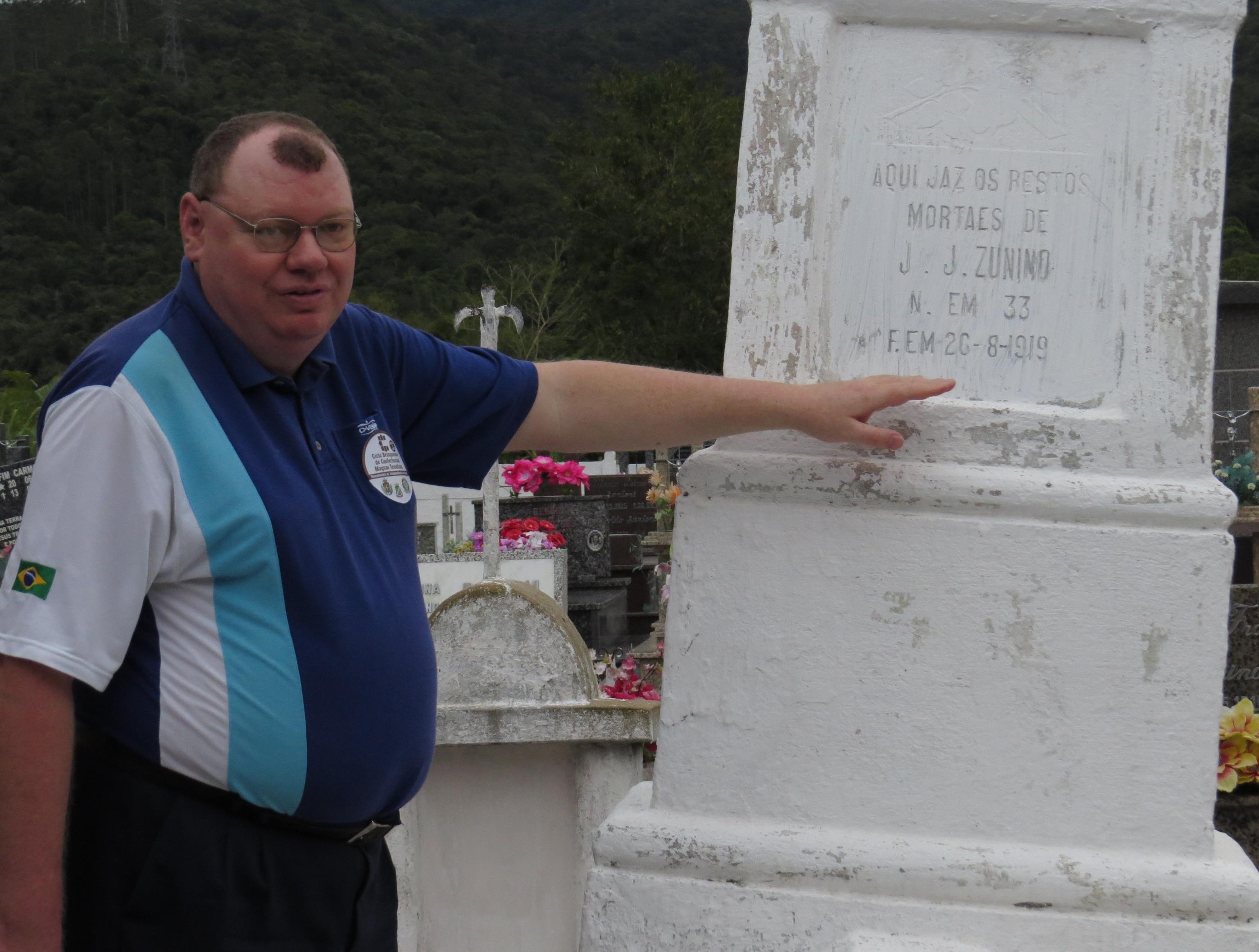 Paulo Kons no cemitério de Nova Itália e o túmulo de um dos colonizadores morto em 1919 - Divulgação/ND