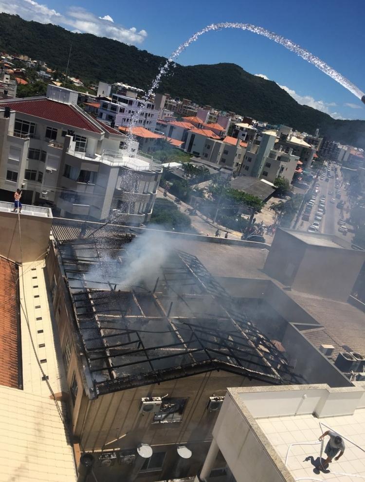 Pessoas de prédios vizinhos ajudaram com mangueiras - Andre Waltrick de Oliveira/Divulgação/ND