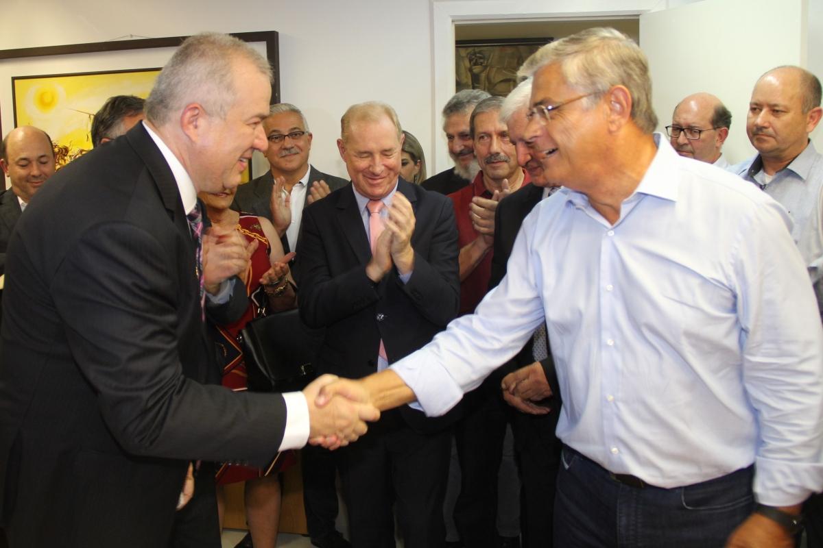 Luciano Veloso Lima cumprimenta vice Eduardo Moreira ao assumir a chefia da Casa Civil – James Tavares/Secom/ND