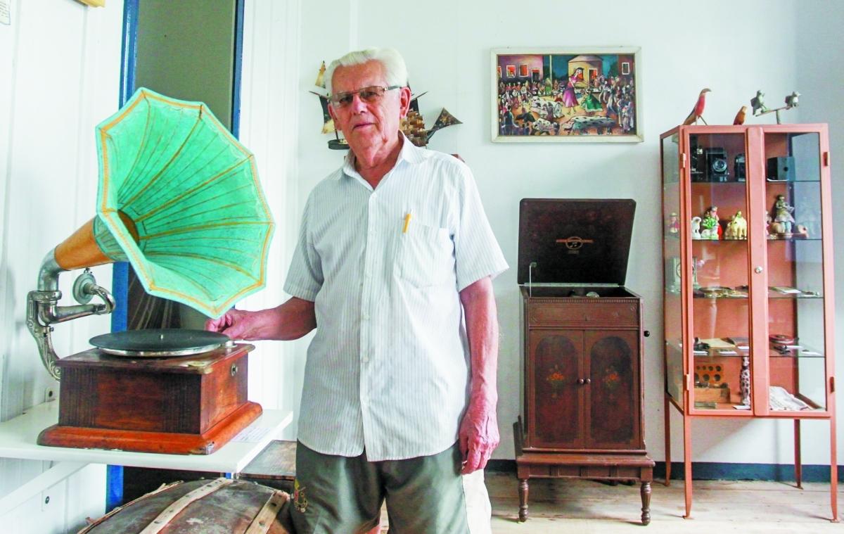 Nereu e o gramofone de 1900 que ele próprio consertou - Marco Santiago/ND