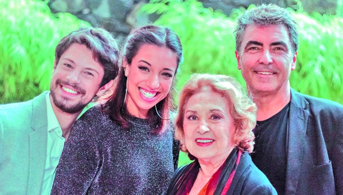 """Eva Wilma com os parceiros de palco do espetáculo """"Casos e Canções"""" - Divulgação/ND"""