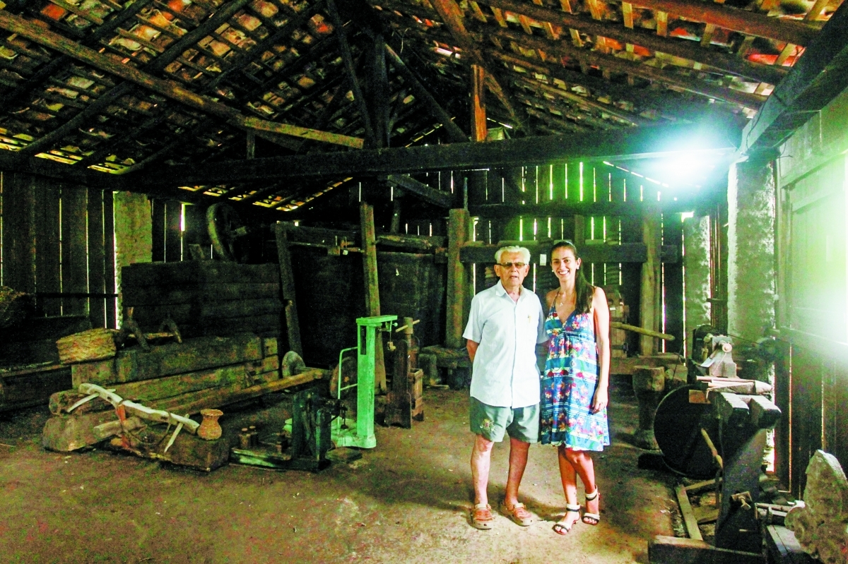O pesquisador Nereu do Vale Pereira, criador do ecomuseu, e sua neta, a museóloga Cristina Maria Dalla Nora - Marco Santiago/ND