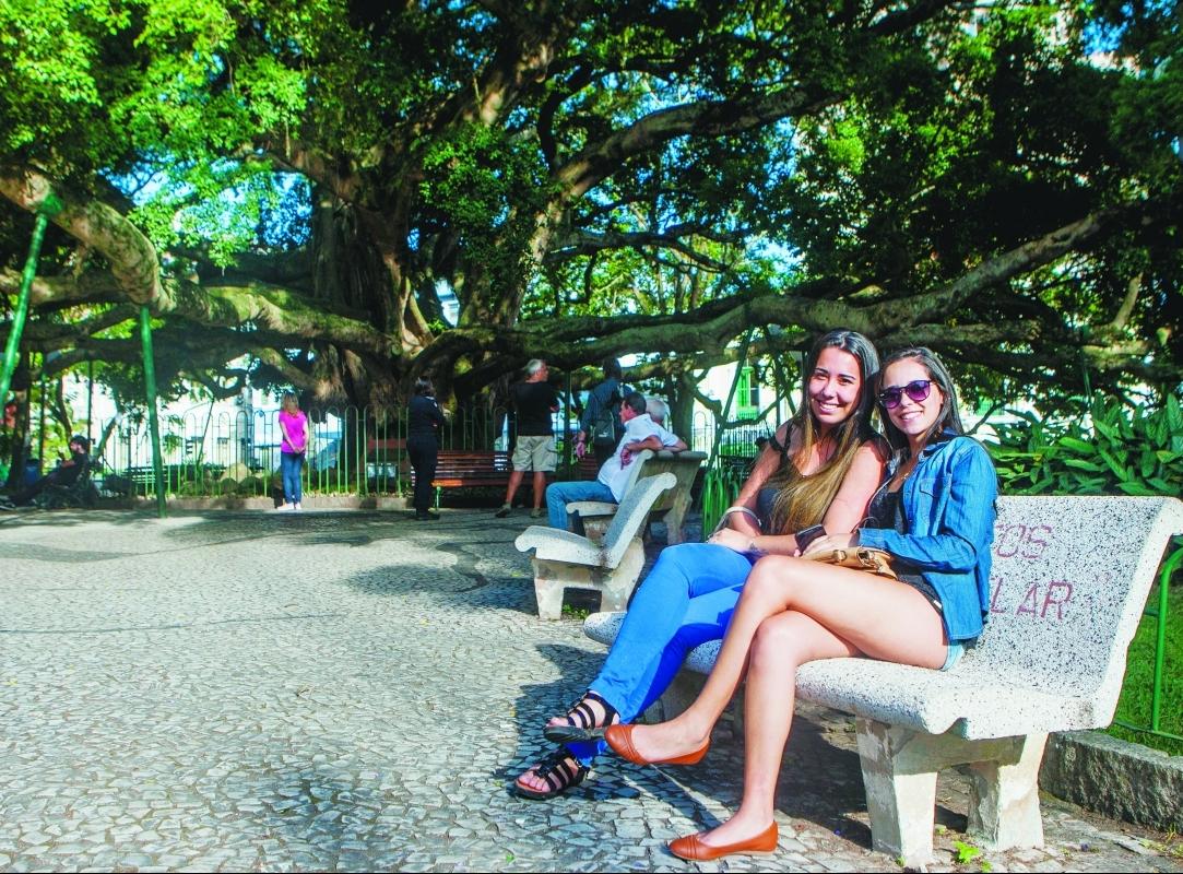 Cercamento da Praça 15, que preservou o oocal, agradou às amigas Roberta Ramires (à dir.) e Milena Neves - Flávio Tin/ND