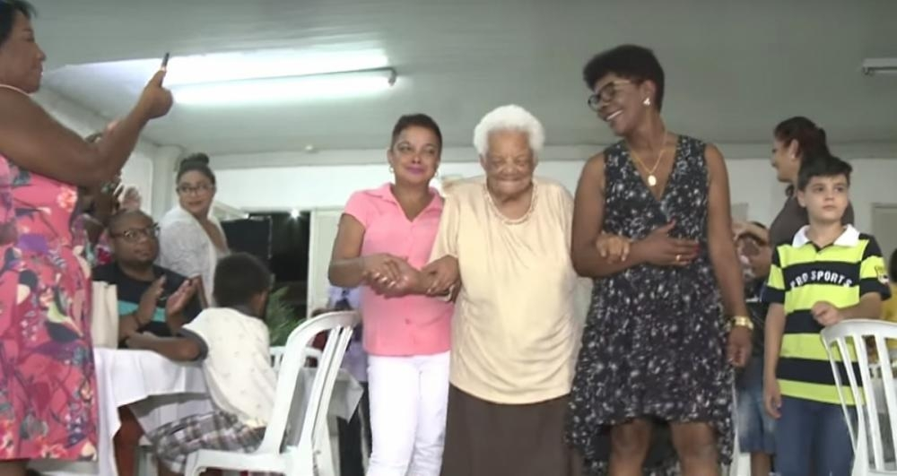 Dona Alcina, última lavadeira viva da Bica da Carioca de São José, completa 100 anos - Reprodução/RICTVRecord/ND