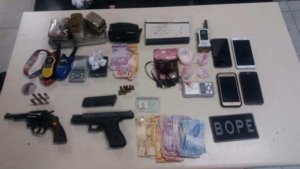 Drogas, armas e munições foram apreendidas pela polícia - PM/Divulgação/ND