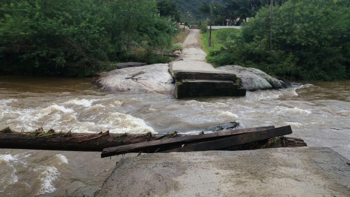 Ponte ficou totalmente destruída após enxurrada - Defesa Civil de SC/Divulgação