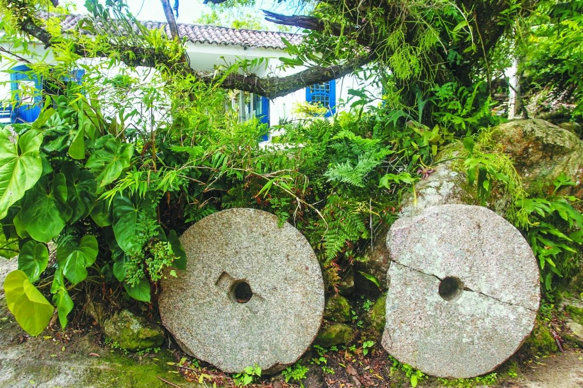 Duas mós feitas com rocha vulcânica - Marco Santiago/ND