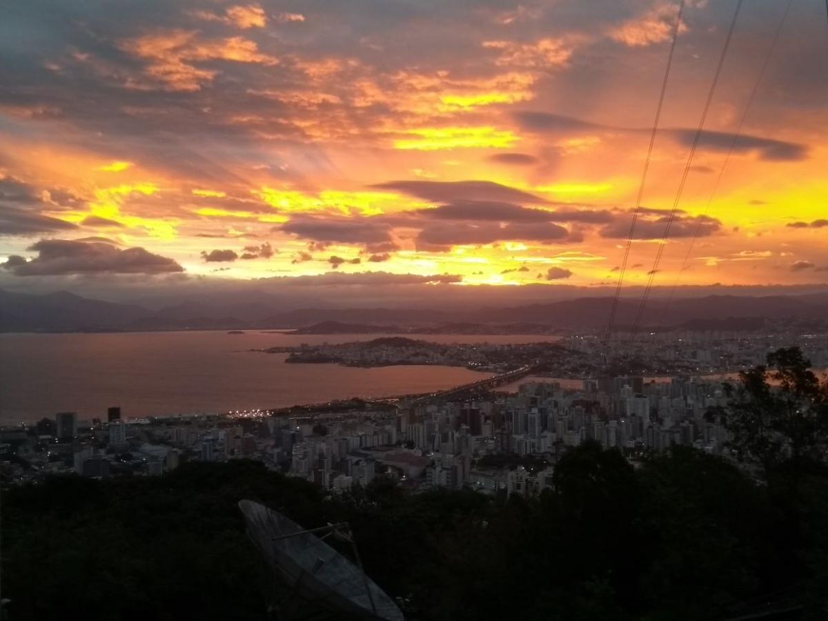 Fim da tarde desta segunda-feira contou com fortes rajadas de vento em Florianópolis - Marina Simões/ND