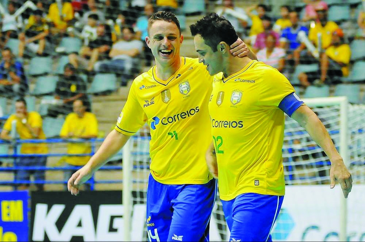 Craque Falcão (à dir) se posicionou contrário às mudanças no futsal - Luciano Bergmaschi/divulgação LNF/ND