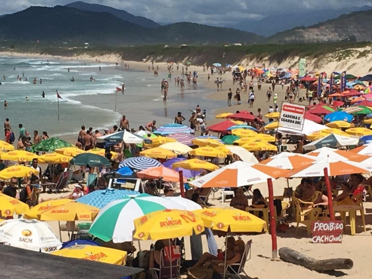 Turistas e moradores foram até a praia da Joaquina aproveitar o bom tempo  - Flávio Tin/ND