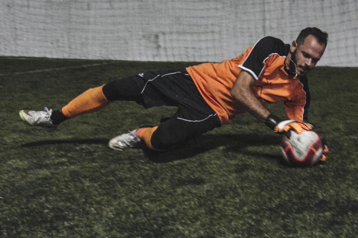 Lucas Barbosa tem 29 anos e joga cinco vezes por semana como goleiro de aluguel - Marco Santiago/ND
