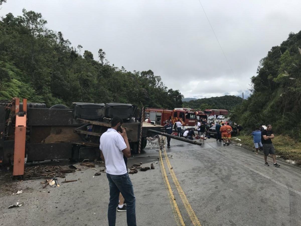 Acidente envolveu dois caminhões e um carro - Arcanjo/Divulgação