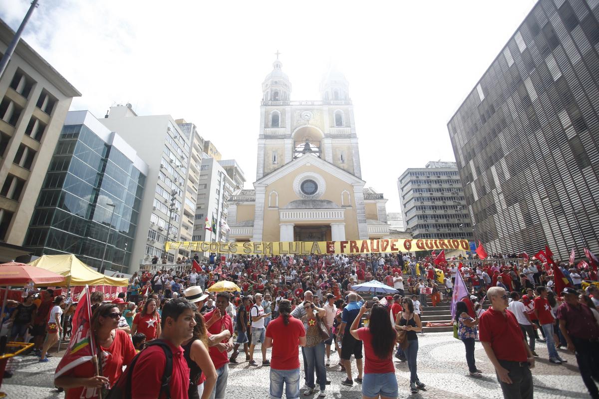 Manifestantes em concentração no largo da Catedral Metropolitana - Daniel Queiroz/ND