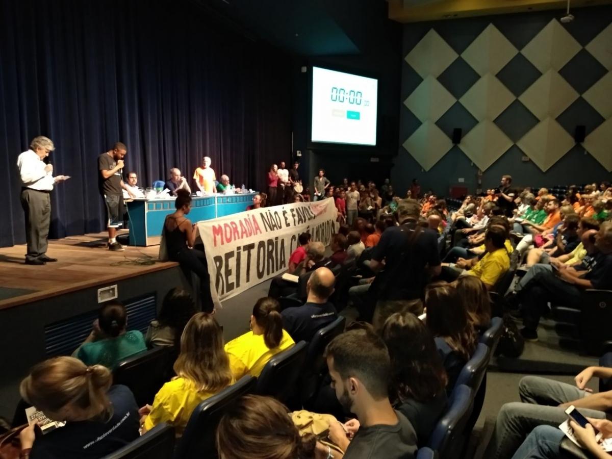 Debate teve protesto por melhores condições de moradia estudantil - Fabio Bispo/ND