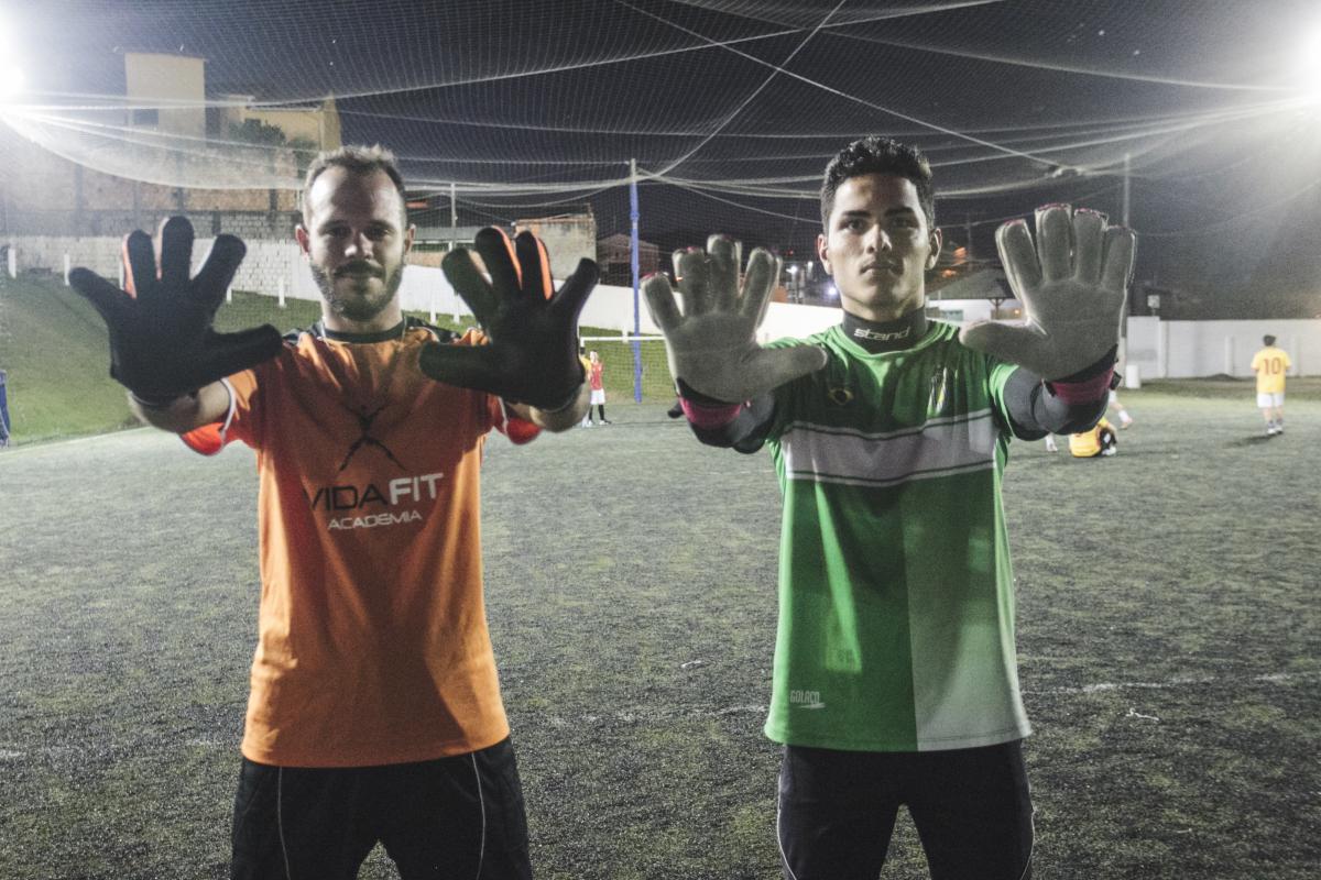 Lucas (à esq.) vive como goleiro de aluguel e Gustavo reforça o orçamento com os jogos de futebol - Marco Santiago/ND