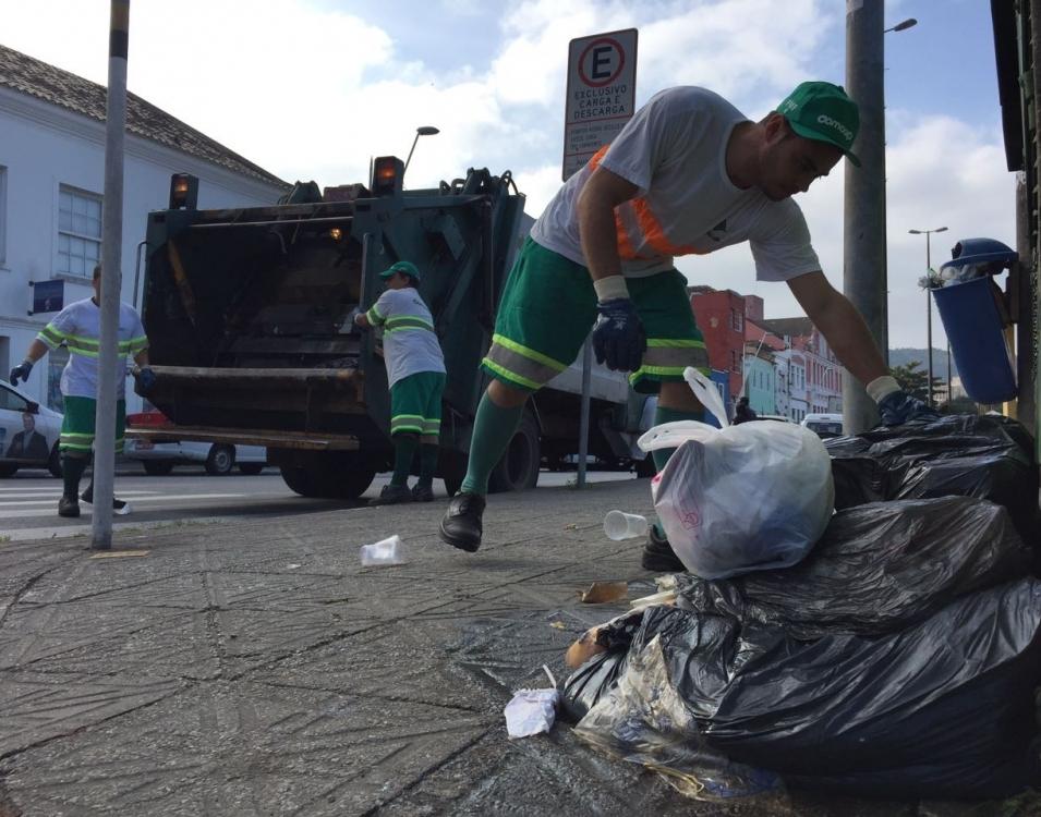 Coleta de lixo recomeçou na rua Francisco Tolentino, no Centro de Florianópolis - Gustavo Bruning/ND