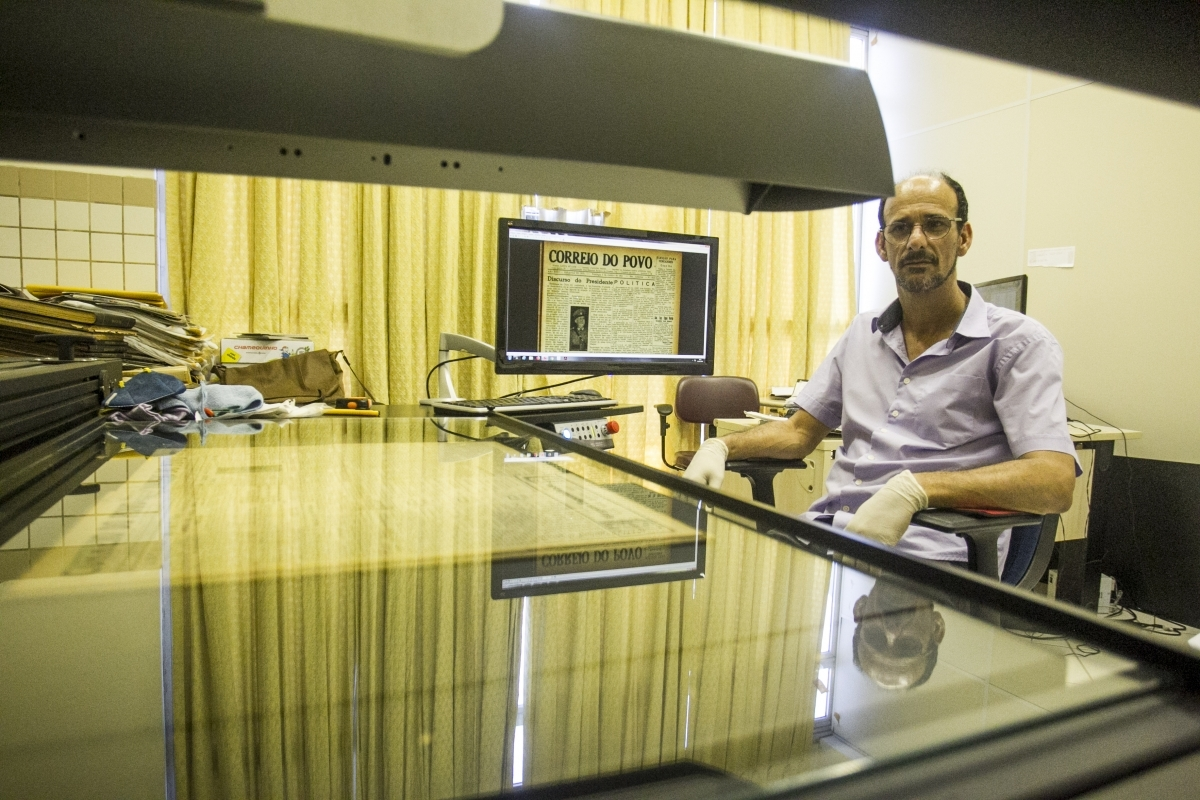 Alzemi Machado contribuiu com a tarefa de digitalizar jornais antigos - Marco Santiago/ND