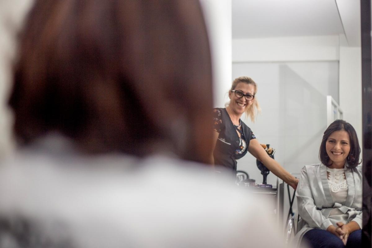 A reação de Silvia ao se ver no espelho emocionou quem estava no salão de beleza - Flávio Tin/ND