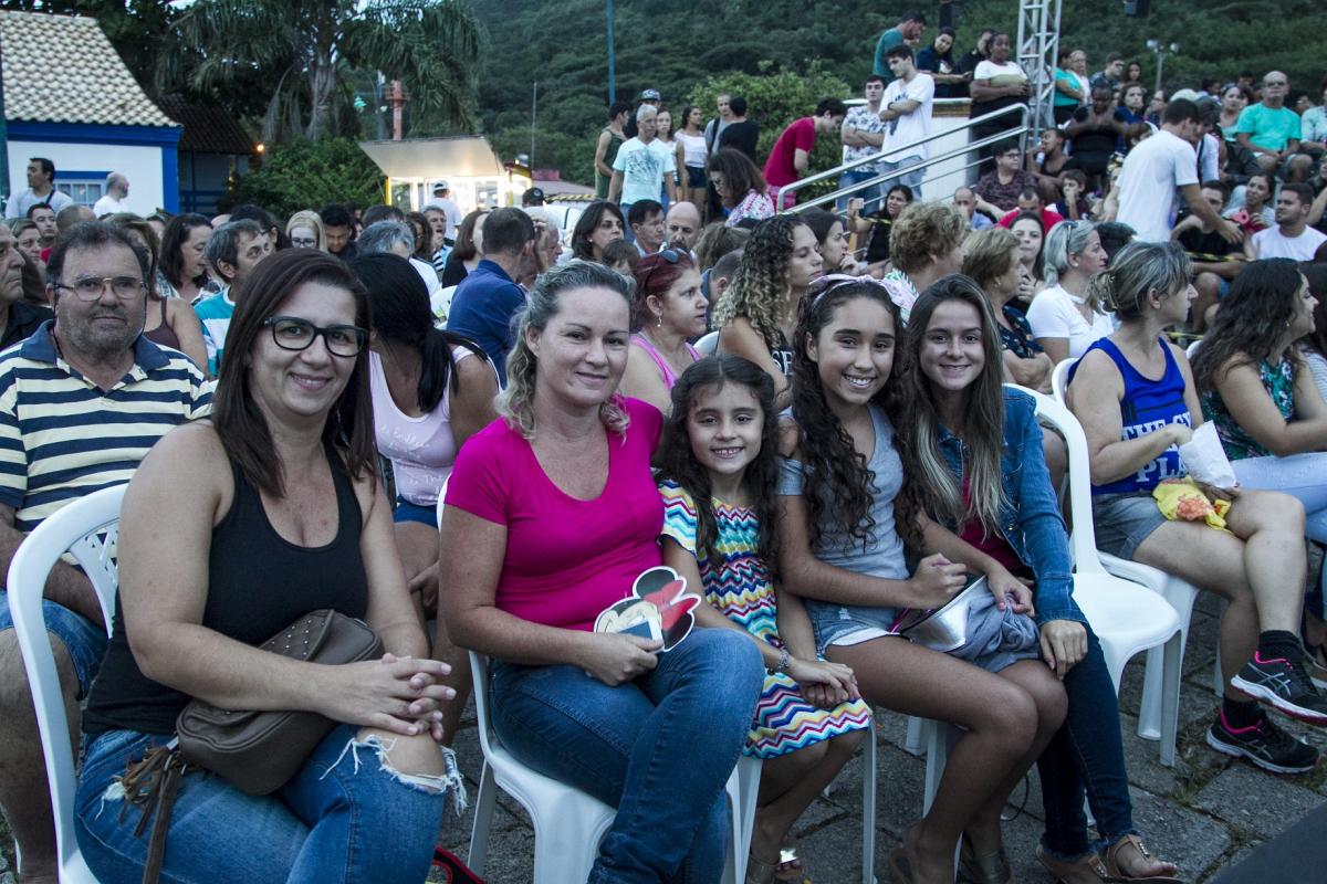 As irmãs Fabiana e Flávia Alves com as filhas conseguiram a primeira fileira da apresentação - Marco Santiago/ND