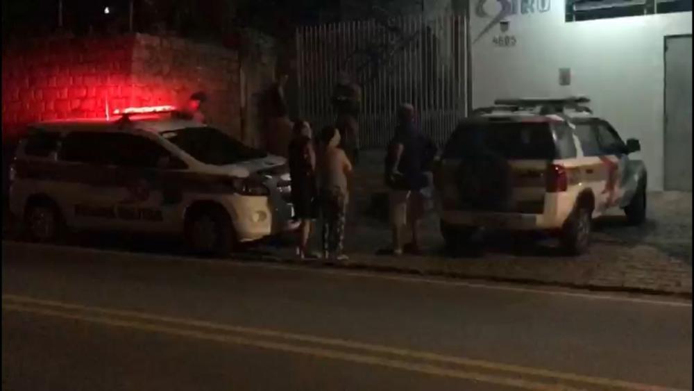 Bandidos invadem casa de policial, que reage e mata um dos ladrões em São José - Sérgio Guimarães/RICTV/ND