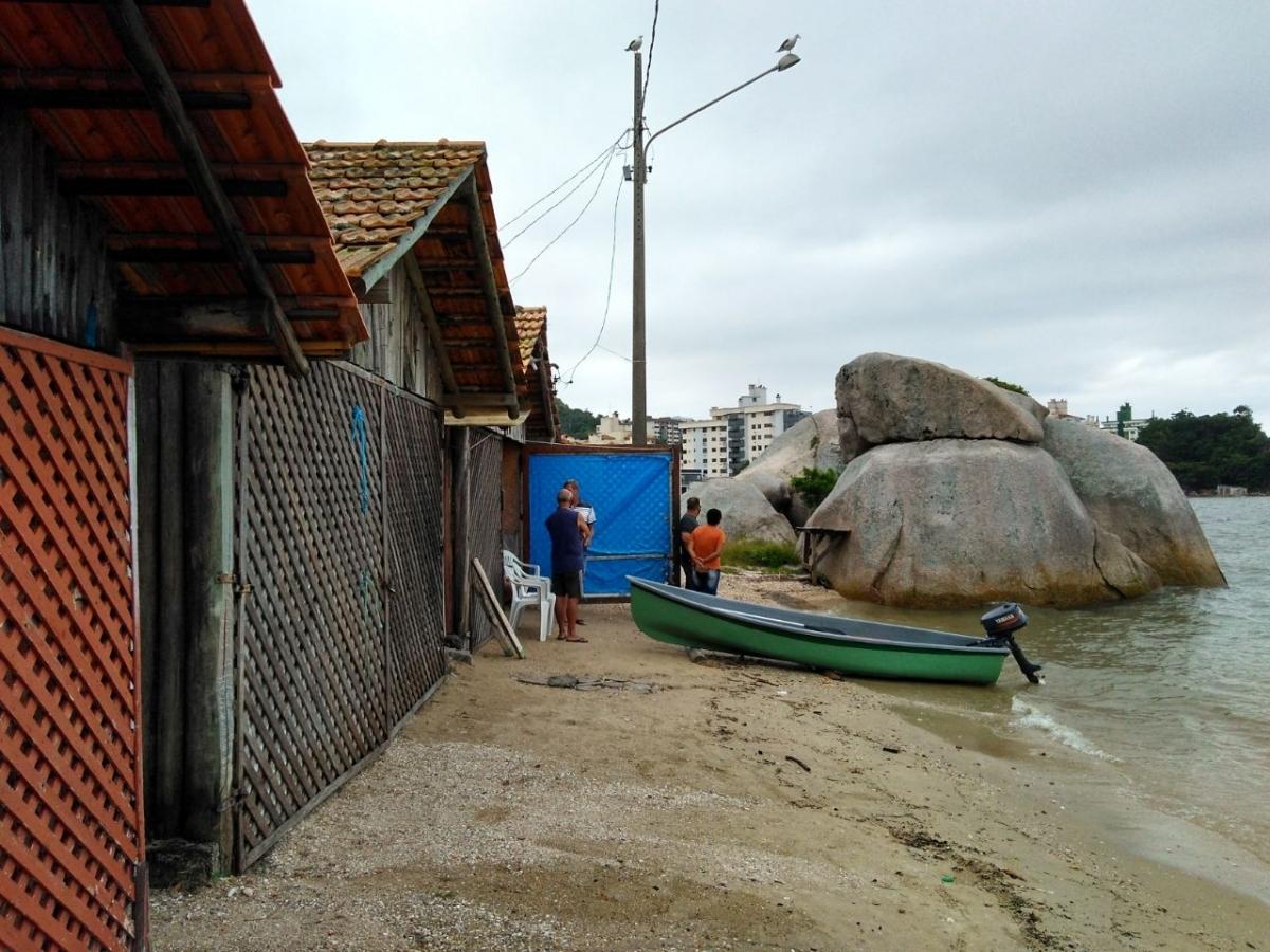 Enquanto um grupo de pessoas fazia as buscas, outro ficava no rancho aguardando notícias - Colombo de Souza/ND